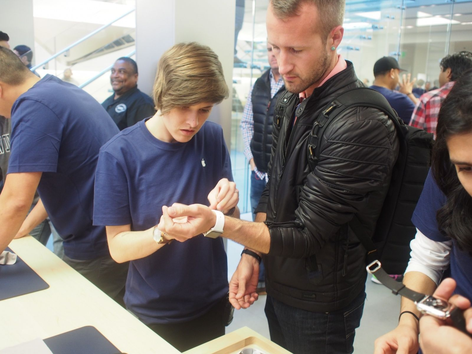 04_10_2015_Apple_Store_Watch_Express_preview_try_ons-1-1